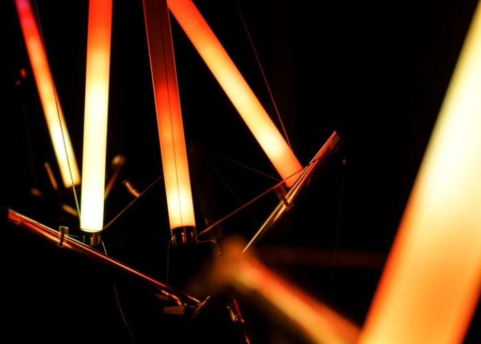 Die Lichtinstallation von LUMODO leuchtet in der Farbe Orange